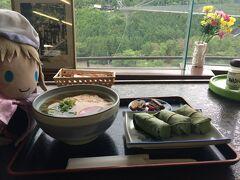 そんなわけで、戻ってきました。 橋のたもとにある食堂でお食事するです。 柿の葉とうどんのセットなのです。 950円なのです。 わふ!