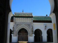 次に向かったのはカラウィンモスクです。ここは現役のモスクですので、非イスラム教徒は入ることができません。でも、ガイドが門番にいくばくかのチップを渡すと1分だけ重い扉を開けて中を見せてくれました。 ここもタイルが敷き詰められた中庭の中央に噴水と伝統的なスタイルです。 もっと詳しく見ようとしましたが、あっという間に時間切れでした。