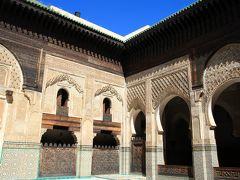 続いて、街中にあるブー・イナニア・マドラサに向かいました。 ここは昔のイスラム神学校ですが、先ほどのモスクとは違い現役ではありませんので、中に入ることができます。 ここの建物は14〜5世紀にできたものということですが、壁に施された精巧なモザイクがとても美しかったです。