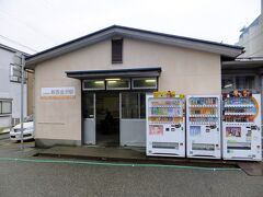 JRの西金沢駅の目の前にある北陸鉄道の西金沢駅。ここから電車に乗車します。駅はプレハブでした。