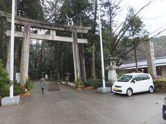 白山比神社の参道の入口前の駐車場に着けてもらいダッシュで参拝です。