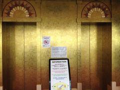 通天閣の最上階のエレベーターは金色に輝いておりました。