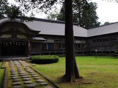 表参道を少し下ったところに斎館(羽黒山参籠所)があった。 この建物は、元は元禄10年(1697)に再建された華蔵院という寺院で、現在は参拝者の宿泊施設などとして使われているそうだ。 神仏分離令による廃仏毀釈の影響で、30余りあった寺院は取り壊され、この建物だけが斎館として残ったとのこと。 山伏たちの時代を今に伝える貴重な遺構だ。