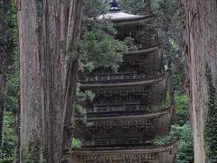 橋を渡った先に、会いたかった五重塔が見えてきた。 老杉に囲まれて建つこの塔は、今まで観た塔の中で一番気にいっている。 京の都などに建つ優美な塔とは違う、質実剛健さと凛とした美しさを併せ持つ姿が好きなのだ。
