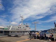 ≪ははじま丸≫  東京竹芝桟橋を出港して25時間半、おがさわら丸を下船するとガツンと小笠原の夏の空気を感じました。 空も海も青さが違うwwって内心興奮気味ww 二見港近くで弁当を調達し、ははじま丸に乗り換え母島を目指すww