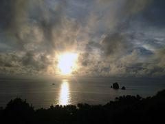 夕日が山に沈んでいく地域に住んでいため、無性に海に沈む夕日が見たくなっていたww 沖港の灯台から村道静沢線を10分ほど歩くと、目の前に海に沈んでいく夕日が見えた。 太平洋の水平線に沈んでいく夕日…いい感じだねぇww