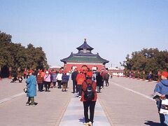 """ここ天壇公園は昔、日本でいうところの城下町的な存在だった場所にあり、""""明""""、""""清""""の時代に皇帝が作物の豊作を祈った場所で、世界遺産にも認定されている。園内には祈年殿、回音壁、皇穹宇と3つの代表的な建築物がある。"""