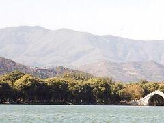"""今回の北京滞在で最も気に入ったのは、万里の長城でもなく、天安門でもなく、紫禁城でもなく、ここ""""頤和園""""。 英語ではSummer Palaceと呼ばれ、清王朝の西太后が専用の避暑地として使っていた。戦争の際に破壊されたため、西太后が海軍の費用を流用してまで修復したというほどの庭園で、世界遺産にも登録されている。"""