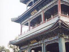 3階建てのこの建物は西太后が京劇を鑑賞していた劇場のようなもので、ステージとしては正面の柱が邪魔だなと、普通に現代的な感覚で考えてしまったが、その当時としては最新の設備だったらしい。