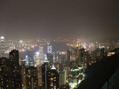 そして「ピーク・タワー」展望台(スカイテラス428)からの眺めがこちら。  若干小雨が降ってきてしまったので、ガスがかかったような感じになってしまい、「100万ドル」が「70万ドル」位になってしまいました(涙)  でも、綺麗な夜景を堪能することが出来ました。