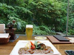 道の駅でのランチも良かったのですが、 ホテルのラウンジ、森の神話で奥入瀬カレーとビール。 タイミングよく、緑豊かな景色を楽しめる席が空きました。 うーん、こんな美しい場所で昼からビール、 幸せすぎて言葉も出ません。
