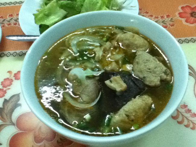 またもや行く予定ではなかったのですが、旅途中に出逢った人にフエは行った方が良いよと言われ、立ち寄ることにしました。<br />ベトナム北部付近にある町「フエ」です。<br />この町は、ご飯も独特らしくて名物が多いようです。<br /><br />フエ料理のブンボーフエ。<br /><br />フエ版のフォーでしょうか。スープがスパイシーになっていました。<br />