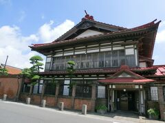 金木と言えば太宰治の生まれ故郷。日本の作家はこの人しか読みませんでした。とは言え30年も前の事。小説の内容などはすっかり記憶からは消えてしまったと言うのが正直なところ。ただ夢中になっていたという記憶だけが残っています。 斜陽館は2008年まで旅館でしたが現在は記念館になっています。