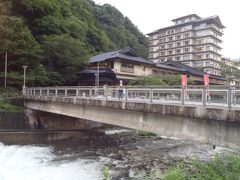 風呂上がりに… 明るいうちにお散歩です  こちらは温海川と、、 あつみ温泉で一番大きい 老舗旅館「萬国屋」です ( ^ω^ )