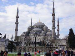 まずは世界遺産のブルーモスクから。  「ブルーモスク」というのはニックネームで、 正式名称は『スルタンアフメット・ジャミィ(Sultanahmet Camii)』。  ジャミィとはトルコ語で モスク(イスラム教の寺院)のこと。    ブルーモスクのいちばんの特徴は6本のミナレット(尖塔)。 イスラム教のモスクではメッカ以外は通常4本までしかミナレットを立てられないことになってる。 ミナレットが6本もあるのはここブルーモスクだけだそう。  で、ミナレットとは? お祈りが始まる前に「お祈りの時間ですよ」と市民に呼び掛けるために生歌を歌うための塔。  ただ、今では生歌ではなくスピーカーから歌が流れているそうです。 そう、朝イチでビビらされた大音量のコーランはここからだったのだ!