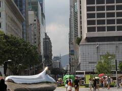 「East Tim Sha Tsui」駅に戻り、次の目的である「アヴェニュー・オブ・スターズ」へ向かっている所で夕立  「香港ミュージアム・オブ・アート」の軒下で雨宿り。