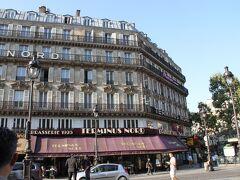 駅を出ると、道を挟んで反対側に今回も宿泊する 「HOTEL Mercure Terminus NORD」がある。  駅前で便利で分かりやすいのと、部屋がパリ市内にしては広めなのでここにした。  まだ9時前。チェックインするつもりは無いが、荷物だけ預けて市内観光に繰り出そう。あらかじめ、ホテルへのリクエストで「朝到着するから荷物預かってね」と念のためしておいた。  フロントでは、素敵なお姉さんが対応してくれて、ほぼチェックインの手続きを済ませてくれた。 「戻ったらルームキープリーズって言ってね、バゲッジは、あそこで預けてね。パリは初めて?」 娘「3回目」。私「前回もこのホテル」と伝えると、非常に喜んでくれた。  さて、身軽になった二人は早速市内観光に繰り出す。 って、娘は自分のリュックサックまで預けてる。カメラだけ片手に身軽だ。