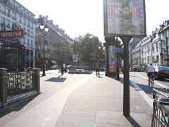 Pigalleで乗換え(徒歩で向かうなら、手前のAnversで下車が良いです) ちょっとした広場みたいになっている。  ここで「モンマルトルバス」へ乗り換え。