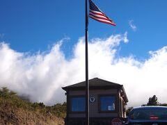 ハレアカラナショナルパークの入口。 雲を抜けて天気は良いです。 クルマ一台当たり10US$支払います。