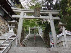 島に上陸して土産物屋街を通り過ぎると、入場券売り場があります。 入場して少し階段を登ると鳥居が建っており、右に行くと竹生島神社、まっすぐ行くと宝厳寺に到着します。 まずはまっすぐ階段を上って、宝厳寺に向かいます。
