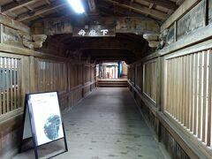 国宝の舟廊下です。 観音堂と都久夫須麻神社を結ぶ渡り廊下です。 朝鮮出兵時に使用した豊臣秀吉のご座船:日本丸の船櫓を利用している事から、舟廊下の名前が付けられています。 この廊下も桃山様式の建築物です。