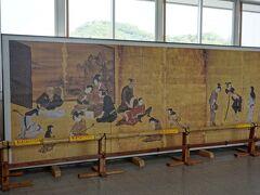 彦根城博物館で展示中の国宝紙本金地著色風俗図(彦根屏風)の写真が、彦根駅に飾られていました。