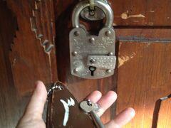 このホテル、たまらんのですよ。これが部屋の鍵。 かけるのにコツが必要で汗だくで鍵をかけてから出かけます。