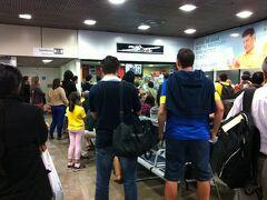 空港の搭乗ゲート付近には搭乗待ちの人々。 小さなお店。 そしてその奥にはテレビ。 みんなサッカー中継を見ています。  搭乗時間になってもゲートに行かない(行ってる場合ではない?)人達も続出。 出発時間に影響が出始めたようです(-_-;)  無理もありません。 試合は延長になっても決着が付かず これからPKってところです。