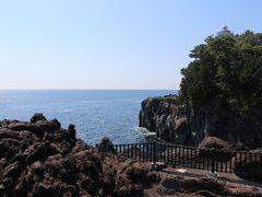 城ヶ崎海岸。溶岩が波に削られできた景色は迫力たっぶり、見下ろすと怖さたっぶりを体感できます。