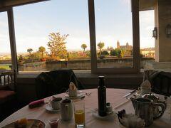 朝食はサラマンカ大聖堂を見ながら。 ホテルの予約は朝食なしで、朝食代は17ユーロとちょっとお高めだったのですが、この眺望を見ながらの朝食に惹かれました。