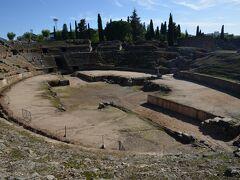 博物館のすぐ脇に古代ローマの都市の定番、闘技場と劇場があります。隣り合っていて入場料は共通です。 紀元前8年に完成 闘技場にはローマのコロッセオと同じように地下の設備が見えています。 先ほどの剣闘士の浮き彫りが思い起こされます。