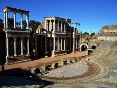 紀元前15年に完成した劇場です。 先ほど博物館で見た仮面を被った俳優がここで劇を演じていたのだと思うと、イメージがリアルに頭に浮かんできます。 舞台の建物も残りかなり保存状態のよいもの。南仏オランジュで見たものと同じ作りです。広大なローマ帝国中にこうして同じ造りの劇場があったことに驚きます。