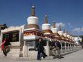 八つの墓塔。 正面の右手にあります。  塔爾寺(Kumbum Monastery)は、青海省湟中県にあり、西寧市から28kmの所に有ります。 西暦1379年に建設が始まり、中国に残る西藏伝統佛教の四大宗家の一つで、西藏伝統佛教グール派の六大寺院の一つ。そのグール派創設者の生誕の地です。 寺院全面積243万?(600エーカー)、建築面積45万?。主体建築52棟、殿堂僧舎1万強戸、住民(僧侶)は、一番多い時で3600名。