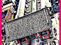 浅草寺前 雷門はいつも観光客で溢れています。写真を撮ろうとすると、人、人、人......で....後で自分が何を撮影したかったのか、わからなくなります。そんな時に見つけたのがこの角度からの雷門。なんか本当に江戸時代じゃないのぉ...と錯覚を起こすような風景です。   ※ 浅草文化観光センターの展望台にあるコーヒーショップからの眺め。