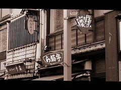 その隣に見えるは百貨店『松屋』。百貨店という言葉ももう死語になりかかっている.....。  1931年(昭和6年)東武鉄道浅草雷門駅(現:浅草駅)開業に際して、駅ビルテナントとして「松屋浅草支店」の名で開業(既に80年企業!)。  でもこのデパートは既に廃れて....いまや銀座とこの浅草を残すのみ....ただそれでも昭和初期生まれの私の母にとっては「三越・松坂屋・松屋といえば そりゃ、も〜ハイカラだった〜」と懐かしむ。当時は、『昭和モダン』流行の最先端を担っていた時代があった様です。
