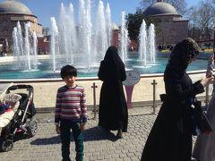 ただ、、、モスクに感動しているのはパパだけです。  小学一年生は視点が違います。 やっぱり黒いマントのイスラム衣装に 神秘を感じるみたい。