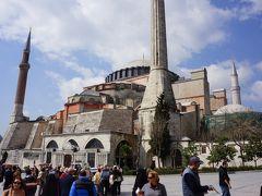 ビザンツ建築の最高傑作、アヤソフィア。 ブルーモスクとは目と鼻の先にあります。  こちらも長い歴史の中で様々な宗教に利用され、時代に翻弄されて幾たびもその姿を変えてきた。さて中に入ってみましょう。