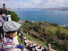 宮殿のロケーションは、金角湾、マルマラ海、ボスポラス海峡が見渡せる丘の上。 自然の要塞に囲まれているという防衛上の理由もあると思うけど、宮殿奥にある高台からの眺めは最高です!  ちょっと疲れので しばしボケーっと眺める。  と、、、休んでいる暇もなく、修学旅行生っぽいトルコ人中学生から、息子はやたらと一緒に写真を撮られた。 みんな日本人が好きなんだって。 みんな「こんにちわ」とか話せるし。