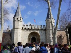 着きましたトプカプ宮殿。 こちらは「皇帝の門」。  トルコ人の修学旅行生っぽい子どもたちが団体で来ていて、入るのに多少時間がかかりました。日本で言うと京都奈良ってとこなんでしょうね。  オスマン朝の支配者の居城として400年もの間、政治・文化の中心地だった場所で、膨大な秘宝が展示されています。 江戸城の大奥のように女性たちの居室であるハレム(ハーレム)も見学ができます。