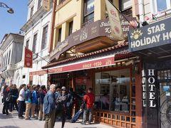 弾丸トラベルだからしかたないけど、 普通は1日かけて観るようなコースを午前中に大急ぎで見終えた。 腹減ったね、ってことで、 キョフテで有名な「セリム・ウスタ」へGo!  トプカプ宮殿から徒歩10分くらいの好立地。 1920年創業のキョフテの老舗で、地元の人7割、観光客3割ってとこ。  人気店なんで人が多少並んでいたけど、 ちょっと遅めのランチだったので運良くすぐに入れました。