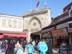 さてランチのあともひたすらイスタンブールの街を散策します。 やっぱり見知らぬ街の散策は楽しい。  午後はグランドバザールからスタート。 東西から物資が集まる中東最大規模の市場。買い物というよりは、バザールそれ自体が観光地です。  スマホの地図で位置を確認しながら歩いていたのですが、ものすごく広いのでバザールの中で待ち合わせとか絶対不可能なので、二人以上の旅は一緒に行動するべし!