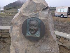 駐車場の記念碑のこのお方は、オニヅカさん。 1986年に起きたスペースシャトル「チャレンジャー号」の事故で亡くなった大佐です。 この方の偉業をたたえて、ビジターセンターに名付けられたそうです。  お夕飯のあとは トイレを済ませて、お着替え。 山頂付近は、日が沈むと氷点下になるとのこと。 このツアーでは、スキーウエア上下をレンタルしてくれるので、凍えることなく 星空観察ができます♪