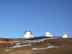 真っ青な空に映える、真っ白なドーム。  各国の技術の結晶、天文台です。  周りには雪が残っています。 ハワイ語で「白い山」の意味の「マウナ ケア」 雪が積もると、スキーも出来るんですって。 ハワイでスキー! へえぇぇぇ〜〜っ!!  (゚∀゚)