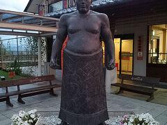 横川から戻り、日帰り温泉「湯楽里館」で疲れを癒やす。 http://www.tomi-kosya.com/yurarikan/yurarikan.html  それから、道の駅「雷電くるみの里」に立ち寄る。「雷電」ってのは、江戸時代に大活躍した相撲取りの名前で、この辺りが出身らしいよ〜。で、これは雷電像。