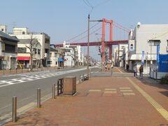 若戸渡船に乗るため、JR戸畑駅から渡船乗り場に向かいます。歩いて数分でした。若戸大橋が見えています。