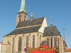 旧市街にある共和国広場にやってきました。聖バルトロミェイ教会の存在感が半端ない!
