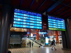 プラハ本駅  醸造所の初回の英語見学ツアーに間に合うように、8時半頃の電車に乗るつもりでしたが、電光表示を見ていてもどの電車がプルゼニュに停まるかがよく分からず、もたもたしてたら逃してしまいました。