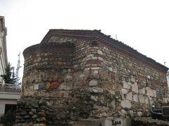 聖ペトカ教会。 周囲より一段低い場所に作られています。  石組の石が途中で変わっているのは、作られた時代による違いだそう。