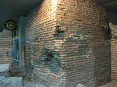 地下鉄セルディカ駅に続く、地下通路にも遺跡があります。  セルディカの遺跡というらしい。  掘ったら遺跡がでてきちゃう歴史深い街ソフィア。