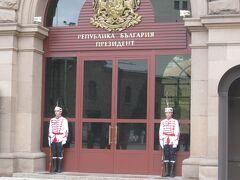 大統領府。  衛兵が入り口をまもっています。
